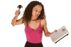Donna etnica frustrata tramite i risultati di lei dieta fotografia stock