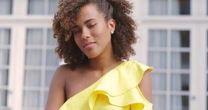 Donna etnica in vestito giallo archivi video