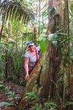 Donna europea che cammina nella giungla amazzoniana, Cuyabeno Wildlif immagini stock libere da diritti