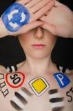 Donna europea con i segnali stradali sul suo corpo Fotografia Stock