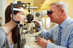 Donna examing dell'oftalmologo fotografie stock libere da diritti