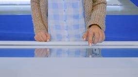 Donna facendo uso dell'esposizione dello schermo attivabile al tatto di multimedia del chiosco interattivo video d archivio