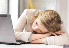 Donna faticosa con il computer portatile Fotografie Stock
