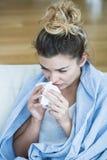 Donna febbricitante con il tessuto Immagini Stock