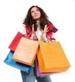 Donna felice in abbigliamento caldo con i sacchetti della spesa Fotografie Stock