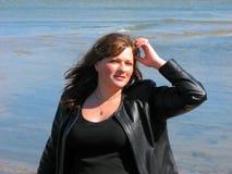 Donna felice al mare Fotografie Stock Libere da Diritti