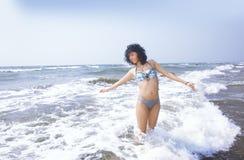 Donna felice all'Oceano Atlantico Immagini Stock