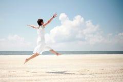 Donna felice alla spiaggia fotografie stock libere da diritti