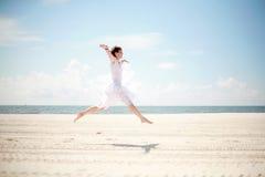 Donna felice alla spiaggia Fotografie Stock