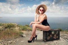 Donna felice alla spiaggia fotografia stock libera da diritti