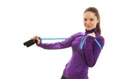 Donna felice allegra con la corda di salto intorno al suo collo Fotografia Stock