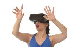Donna felice attraente eccitata facendo uso degli occhiali di protezione 3d che guardano godere di visione di 360 realtà virtuali Fotografie Stock Libere da Diritti
