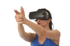 Donna felice attraente eccitata facendo uso degli occhiali di protezione 3d che guardano godere di visione di 360 realtà virtuali Fotografia Stock Libera da Diritti
