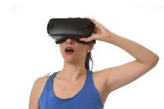 Donna felice attraente eccitata facendo uso degli occhiali di protezione 3d che guardano godere di visione di 360 realtà virtuali Immagine Stock
