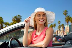 Donna felice in automobile convertibile sopra la spiaggia di Venezia fotografia stock