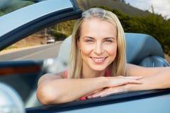 Donna felice in automobile convertibile sopra le colline di Big Sur fotografie stock libere da diritti