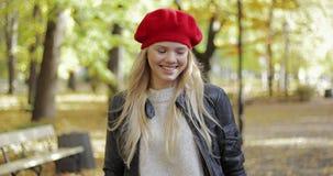 Donna felice in berretto rosso stock footage