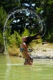 Donna felice in bikini che posa sulla spiaggia Fotografia Stock