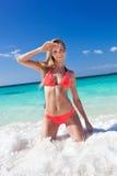 Donna felice in bikini luminoso sulla spiaggia immagine stock libera da diritti