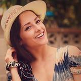 Donna felice in cappello all'aperto Primo piano d'annata Immagini Stock