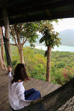 Donna felice casuale che si rilassa su un'amaca in con seaview da viepoint, isola di Krabbi, Tailandia Fotografia Stock Libera da Diritti