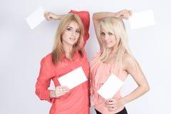 Donna felice casuale che tiene tabellone per le affissioni in bianco Immagine Stock Libera da Diritti