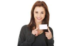 Donna felice casuale con il biglietto da visita Immagine Stock