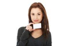 Donna felice casuale con il biglietto da visita Immagini Stock