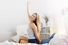 Donna felice che allunga di mattina Fotografie Stock Libere da Diritti