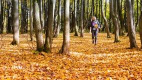 Donna felice che cammina nel parco di autunno Fotografia Stock