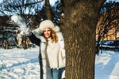 Donna felice che cammina nel parco di inverno all'aperto fotografia stock