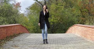 Donna felice che cammina sul ponte video d archivio