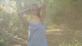 Donna felice che cammina sulla foresta verde stock footage