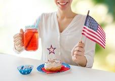 Donna felice che celebra festa dell'indipendenza americana Fotografie Stock Libere da Diritti