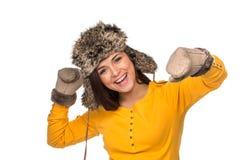 Donna felice che celebra il cappello d'uso di inverno Immagini Stock Libere da Diritti