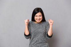 Donna felice che celebra il suo successo fotografie stock libere da diritti