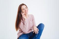 Donna felice che comunica sul telefono Immagine Stock