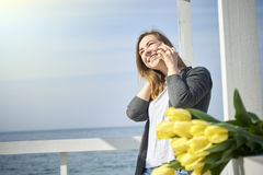 Donna felice che comunica sul telefono immagini stock libere da diritti