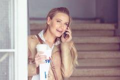 Donna felice che comunica sul telefono Immagine Stock Libera da Diritti