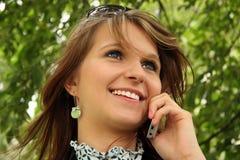 Donna felice che comunica sul telefono mobile Immagini Stock Libere da Diritti