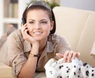 Donna felice che comunica sul telefono mobile Fotografia Stock