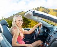Donna felice che conduce automobile convertibile a Big Sur fotografie stock libere da diritti