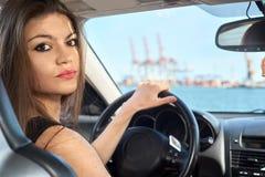 Donna felice che conduce un'automobile immagine stock