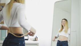 Donna felice che controlla successo del programma di perdita di peso archivi video