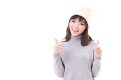 Donna felice che dà due pollici su, vestito da inverno Fotografia Stock