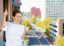 Donna felice che dà i pollici in su Immagini Stock Libere da Diritti