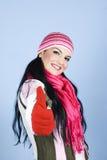 Donna felice che dà i pollici in su e sorridere Fotografie Stock