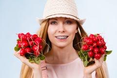Donna felice che dà ravanello Fotografie Stock Libere da Diritti
