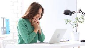 Donna felice che esamina computer portatile e sorridere, impressionati Immagine Stock Libera da Diritti