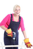 Donna felice che fa i rinnovamenti di DIY Fotografia Stock Libera da Diritti